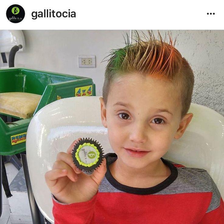 Un genio @gallitocia usando #SprayColorMomoFashion #ReyMomo #DiversionSana #CarnavalTodaLaVida