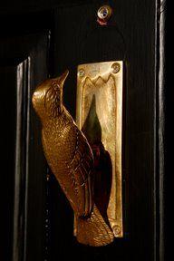 A bird door knocker. awesome doesn't even begin...: Doors, Wood Pecker, Door Knockers, Door Knobs, Doorknobs, Woodpecker Doorknocker, Door Handle