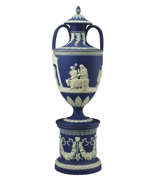Джозайя Веджвуд, основатель знаменитой фарфоровой мануфактуры, создавал свои вазы, вдохновляясь этрусскими образцами, найденными на раскопках в Италии. Ваза, 1750