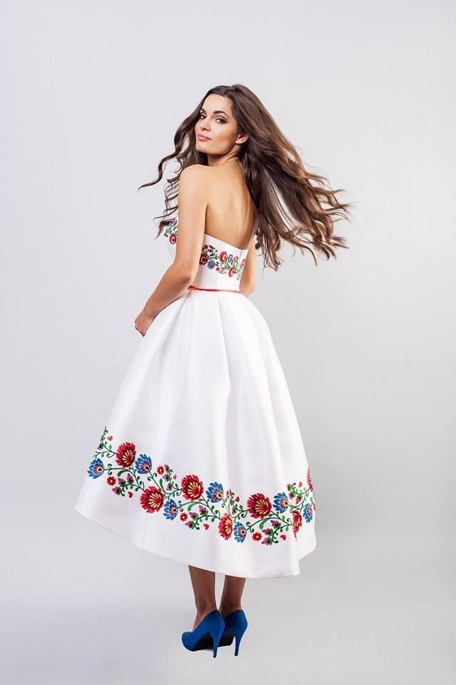 Krótka suknia ślubna zdobiona wzorami ludowymi (renatapotrzeba.com)