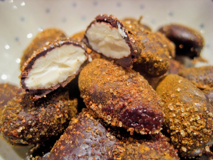 LCHF Chocolate-covered Almonds dusted with cinnamon-scented erythritol --- Danish website - Chokolademandler med kanel Sukrin (LCHF)