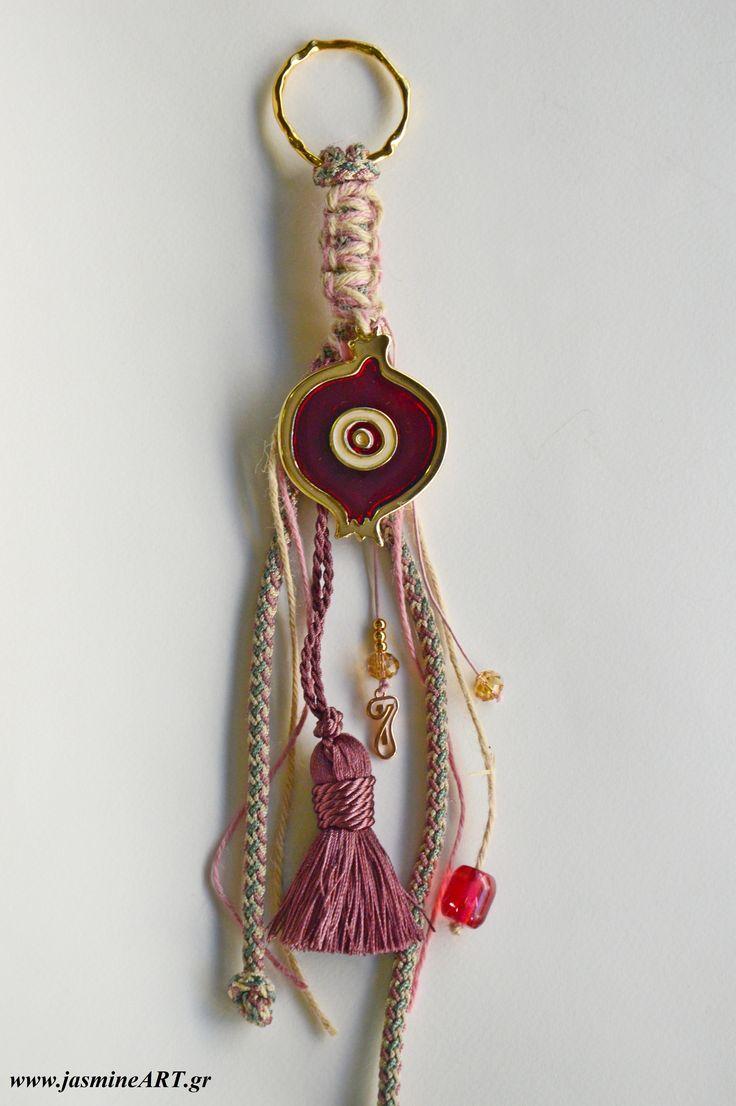 Κρεμαστό γούρι 17 εντυπωσιακό ρόδι Κρεμαστό γούρι πλεγμένο με όμορφο μακραμε με χάντρες και ροζ χρυσό στοιχείο για το 17, μεγάλο ρόδι με σμάλτο, φούντα και χάντρες.  Διαστάσεις: 31 cm και το ρόδι 6,5cmX5cm  Κωδικός:ΓΑ18  € 17.00