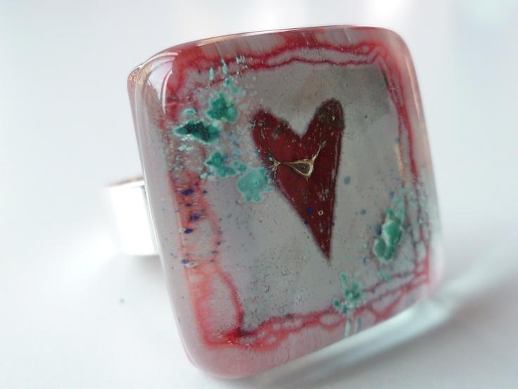 """Anillo """"heart"""". Talla autoajustable.Colores blanco y rojizos con incrustaciones verde-azuladas.Precio 15 euros.Romántico y dulce!"""