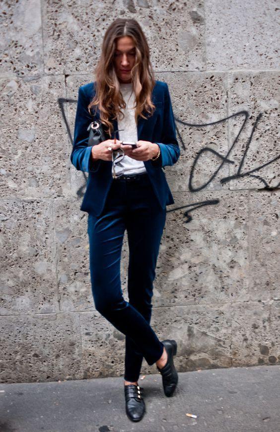 terninho de veludo azul, camisa branca, street style