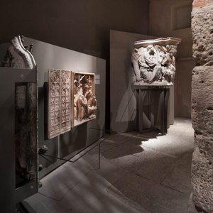 Sistemi espositivi Museofab per allestimenti museali. Espositori per opere in marmo, Museo del Duomo di Milano