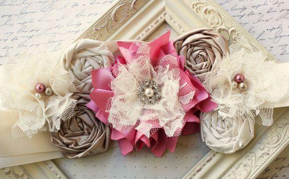 Una faja de maternidad hermosa, luxe, vintage. Marco está adornado por flores de tela totalmente hechas a mano. Rosey flores rosas, Topo y