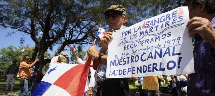 Un grupo de personas realiza una protesta en las cercanías de la Embajada de España en Panamá.