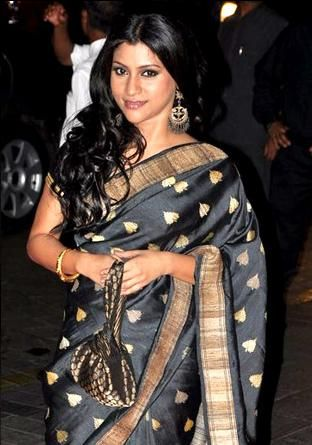Konkona Sen Sharma beautiful in black & gold #Saree at @karanjohar's birthday few yrs back