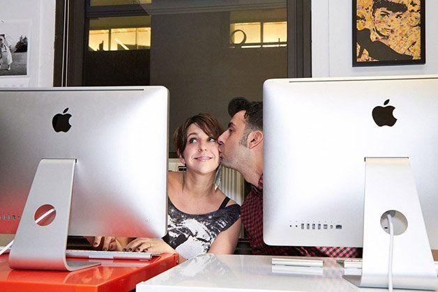 """Foi-se o tempo em que admitir que você conheceu alguém pela internet era algo estranho. Com a nossa rotina cada vez mais conectada, nada mais comum que os relacionamentos também comecem pelo local onde passamos boa parte do dia: a internet. Há pouco mais de um ano, a fotógrafa Jena Cumbo resolveu então registrar casais que se encontraram graças aos sites e aplicativos de relacionamento, o que resultou no projeto """"We Met on the Internet"""" (algo como:""""Nos Conhecemos na Internet""""). Veja algumas…"""