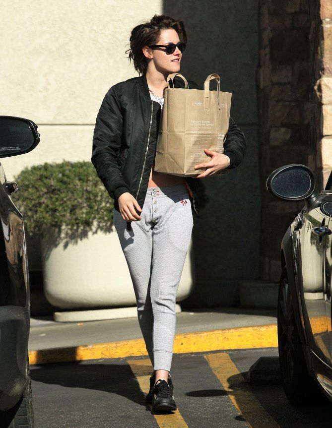 BAG LADY  Kristen Stewart goes shopping in an ab-baring top.  Star Tracks: Wednesday, Dec. 28, 2016
