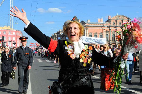 Победу празднуем вместе - http://russiatoday.eu/pobedu-prazdnuem-vmeste/ Страна отмечает 70-летие Победы. Запланировано множество торжественных мероприятий. Российские компании тоже не остались в стороне. «Лента.ру» узнала, как они собираются встретить праздник и поздравить ветеран