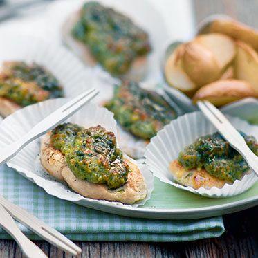 Wenn unsere Schnitzelchen mit der lockeren Bärlauch-Eiweiß-Kruste frisch aus dem Ofen kommen, müsst ihr schnell sein beim Servieren, sonst bekommt ihr keine mehr ab!