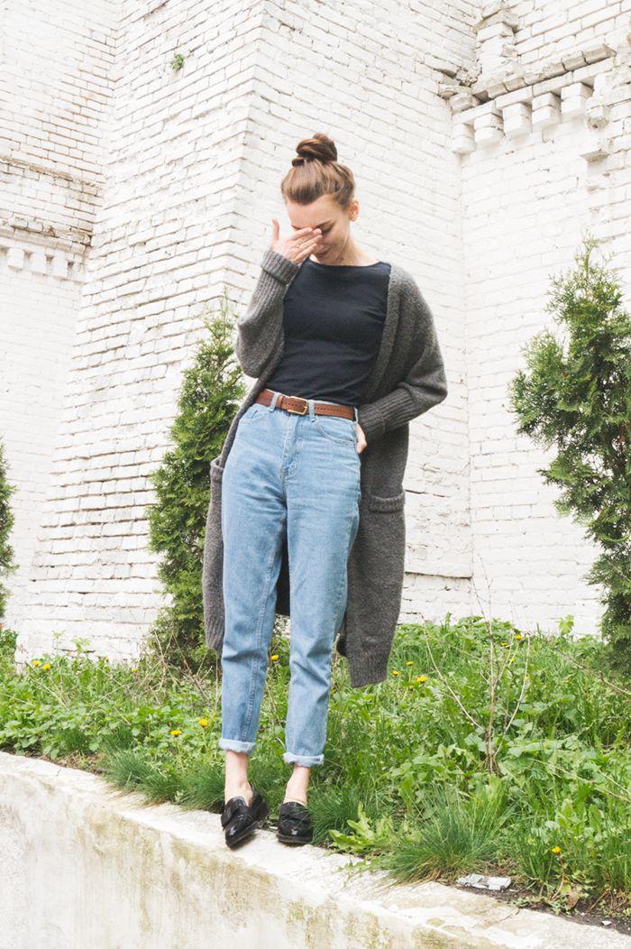 С чем носить длинный серый кардиган - с джинсами с завышенной талией