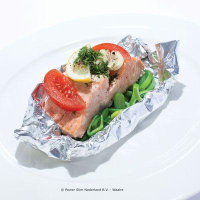 Ingrediënten: 1 tilapiafilet ½ prei in ringen ½ courgette in blokjes 1 tomaat in partjes 1 teen knoflook, gepeld 2 el droge witte wijn 1 el olie 1 tl citroensap 1 el dille, gehakt peper Bereidingswijze: Verwarm de oven voor op 200 °C. Dep de vis droog met keukenrol en leg een stuk aluminiumfolie klaar. Leg de groenten en knoflook in het midden van het stuk aluminiumfolie, leg daarop de tilapiafilet. Bestrooi de vis met peper en dille. Vouw het aluminiumfolie bijna dicht en druppel dan de…