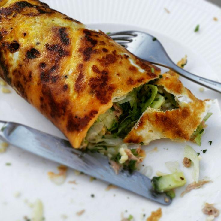Hoofdgerecht voor 2 personen. ingredienten: – 4 eieren – 2 plakjes kaas 30+ – 1 blikje tonijn op water – 6 augurkjes – 4 cherrytomaatjes – Halve komkommer &#8211…