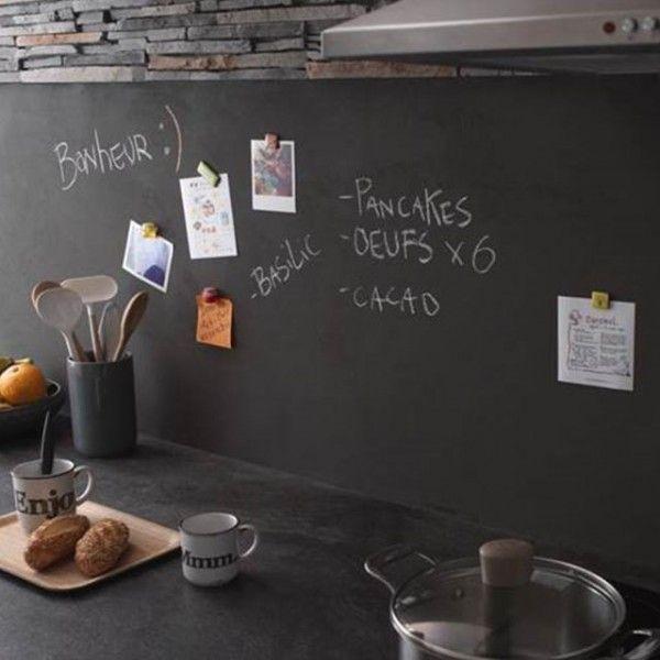 Une crédence noire dans la cuisine avec enduit de décoration aux propriétés magnétiques  http://www.homelisty.com/credence-cuisine/