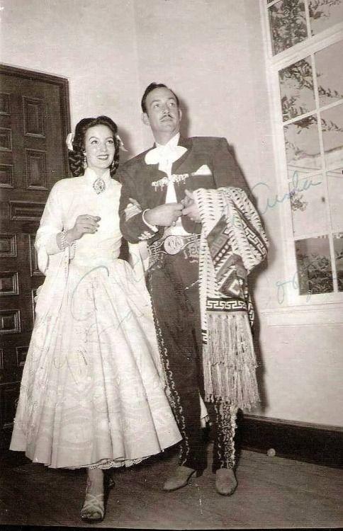 María Félix y Jorge Negrete en su boda en la hacienda de Catipoato. el 18 de octubre de 1952.
