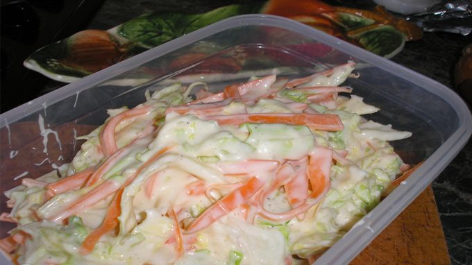 Salát zvaný Coleslaw zná většina z nás. Způsobu přípravy je velká spousta. Co je zažité v jedné domácnosti, nemusí být oblíbeno v druhé. Salát Coleslaw je každopádně osvěžující, zeleninový pokrm, po kterém Vám nebude těžko, a příjemným způsobem do sebe dostanete tolik potřebnou zeleninu. Inspirujte se našim receptem. Uvdiíte, že si na něm pochutná celá