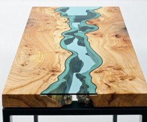 Prachtige houten tafel met rivier van glas