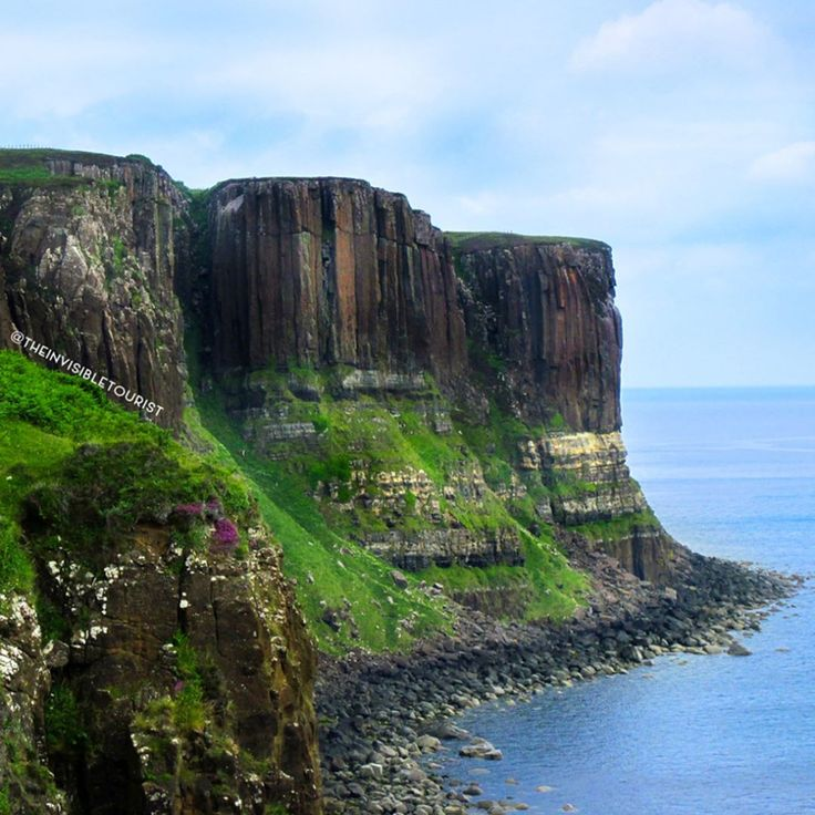 Do you think that these cliffs on the Isle of Skye, Scotland, resemble a kilt? 😁 Funnily enough these basalt columns perched on sandstone are actually called the Kilt Rocks! Standing 90 metres high, some even argue the rock formations appear like a highland tartan 💚 Regardless, the sight is pretty stunning! What's one of your favourite rock formations? 🌏 #traveltheworld #theinvisibletorusitway ~