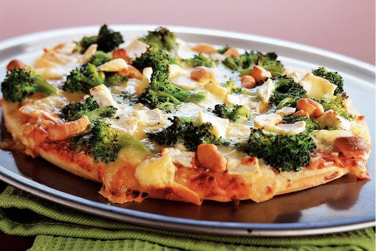 Broccoli-briepizza met cashewnoten
