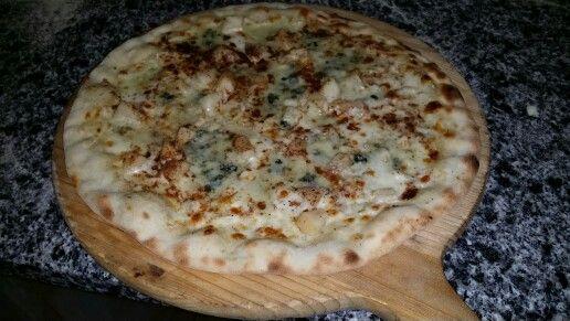 Pizza crème, poire, roquefort et 5 épices.