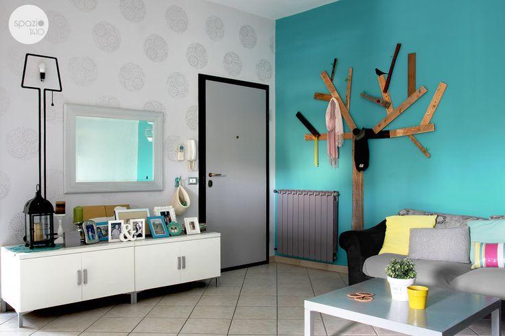 All'ingresso un appendiabiti ad albero caratterizza la parete azzurra, mentre la parete della porta è decorata con stencil e pittura madreperlata