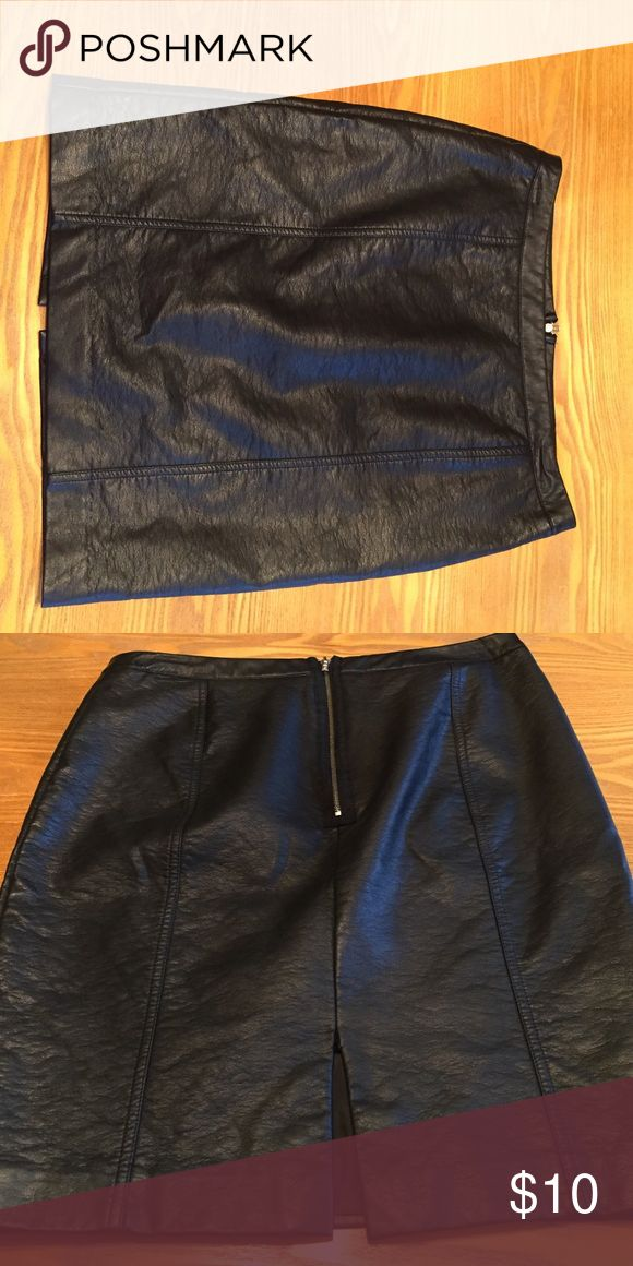 Black pleather skirt Black faux leather skirt with silver zipper up the back! Hot hot hot! A real head turner 😍 Worthington Skirts Midi