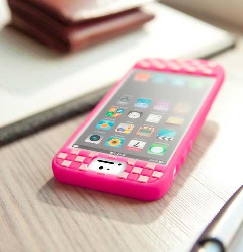 Protege tu iPhone 5 del polvo y golpes con esta asombrosa carcasa. Elaborada con materiales resistentes al calor y a los golpes, a demás, es lavable, así que puedes cuidar la apariencia de tu dispositivo a cada rato. Colores disponibles: blanco, rosado y negro.