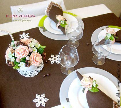 Букет с розами и кольца для салфеток `Шоколадно-розовый крем`. Это не просто букет, это комплект для сервировки стола для любого праздника, будь то девичник, встреча друзей, семейный сбор по поводу торжества и просто хорошего настроения от встречи!  В комплекте букет с вазой и…