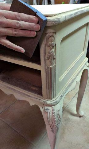 Tutorial bien explicado para hacer un falso decapado vintaje en un mueble antiguo oscuro. http://bricolaje.facilisimo.com/blogs/restauracion/antes-y-despues-de-un-tocador-vintage-before-and-after-vintage-vanity_1069328.html