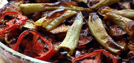 Patlıcan ve kıymanın muhteşem uyumunu sevenler için lezzetli bir #yemek tarifi.. Detaylı bilgi için; http://www.yemekhaberleri.com/firinda-kiymali-patlican-oturtma/