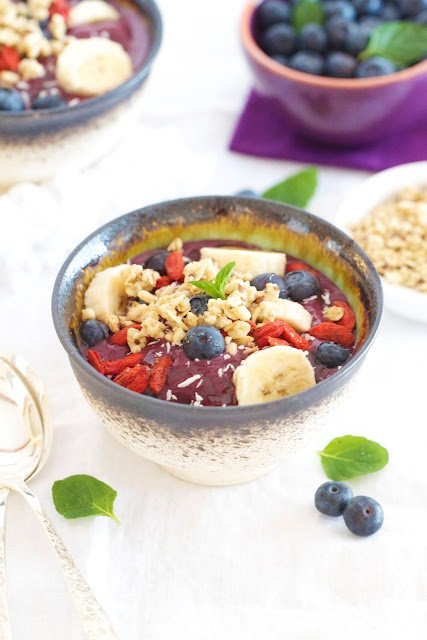 *Epicurean Mom: Acai Bowl {Power Breakfast recipe}. I had this in Santa