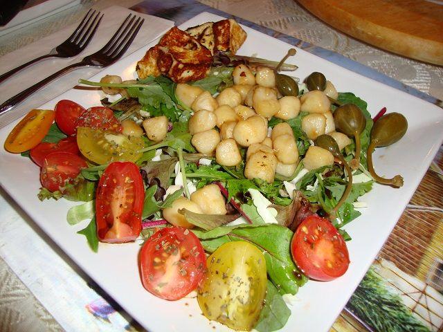 Cette recette facile de salade tiède aux pétoncles est servie avec une vinaigrette balsamique citronée qui lui donne un goût exquis.