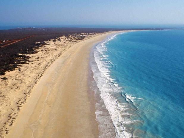 Cable Beach Situada em Broome, na região de Kimberley da Austrália Ocidental, Cable Beach tem 22 km de areias brancas, cercadas por penhascos avermelhados e banhadas pelas águas azul-turquesa do Oceano Índico. Os turistas que visitam a remota praia, que fica a 2.200 km de Perth, curtem belos pores do sol, passeios a camelo e avistagem de golfinhos e baleias.
