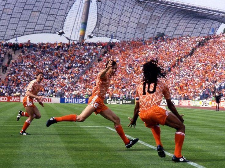 Quien no recuerda el festejo de Ruud Gullit en el primer gol de la final de la EUROCOPA de 1988 contra la UNIÓN SOVIÉTICA.