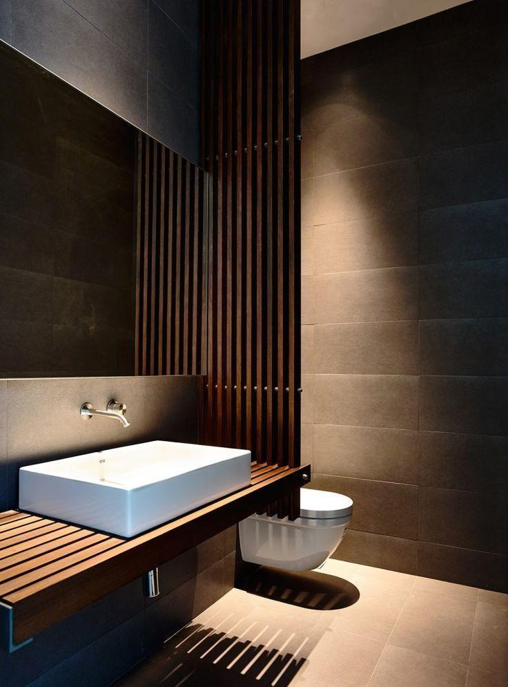 Lavabo moderno com bancada em ripas de madeira