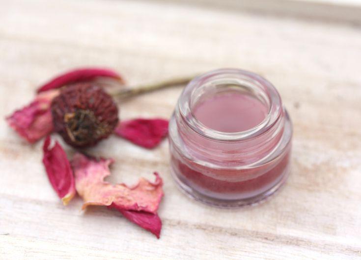 Lippenpflege mit Kakaobutter, Rosenjojoba-Öl, Rote Bete Pulver, Bienenwachs und Beerenwachs