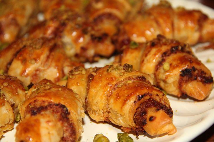 Croissants au pesto rouge, Grana Padano et pistaches concassées