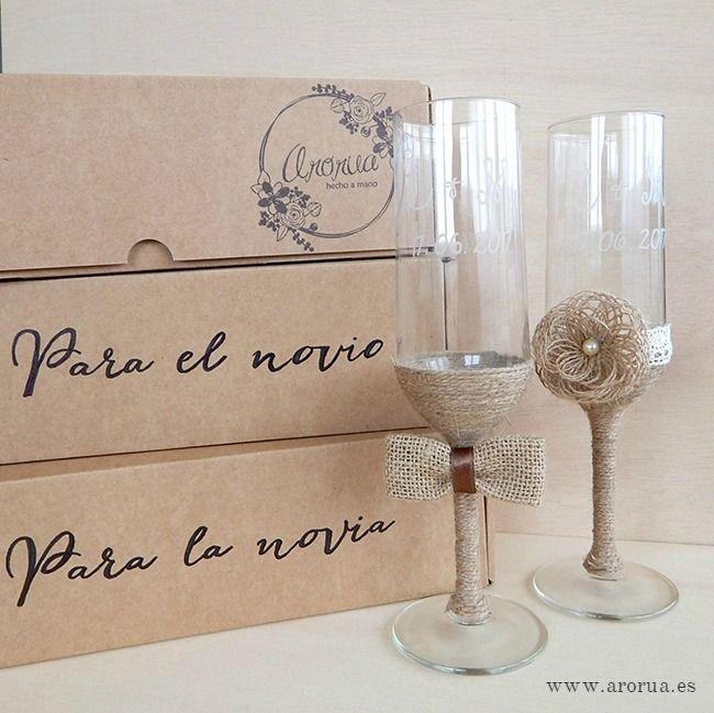 Copas brindis decoradas y grabadas para boda. Personalizadas con los nombres de los novios y la fecha del enlace.
