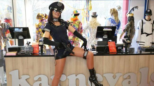 """Hot, hot, hot! Ute Gelfort (50) als scharfe Polizistin: """"Mädels möchten Aufmerksamkeit beim Fasching – durch grelle Farben oder knappe Kostüme."""""""
