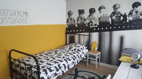 Kinder slaapkamer met lego behang en geel