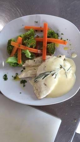 Pollo en salsa de romero con guarnición de vegetales