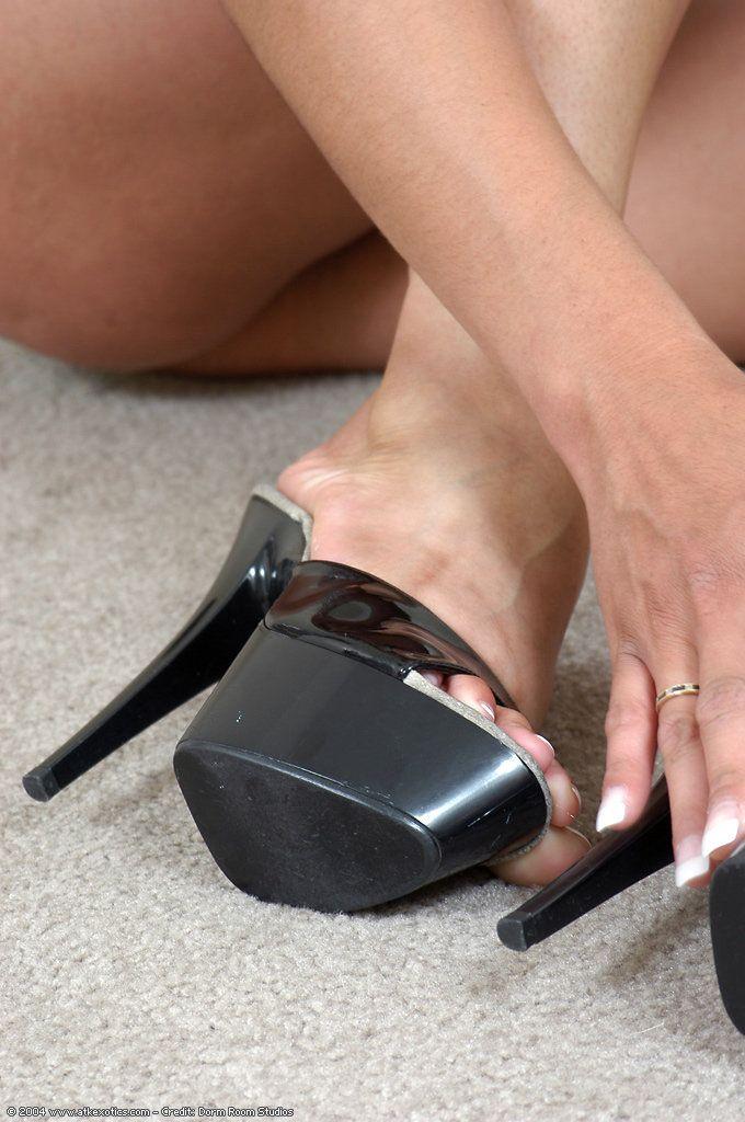 Улице сексуальные ножки в сабо