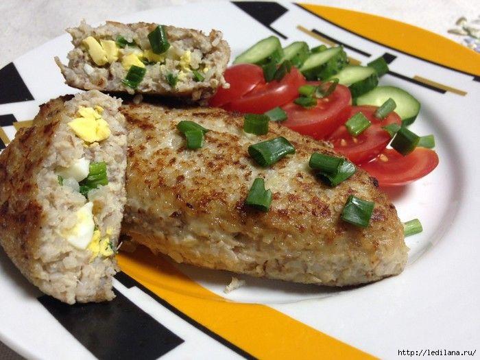 Гречневые зразы: крупа гречневая - 1 стакан филе куриное - 1 шт. лук репчатый - 1 шт. яйца куриные - 1 шт. в фарш + 2 шт. для начинки лук зеленый - 3 пера сливки молочные -  2 ст.л.