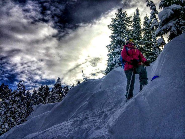 B A C K Y A R D *** credit to @alexandraolivier  #whistlerlife #beautifulbc #stillcantblieveilivehere #skiing #offpiste #exploring #living #winteriscoming #coldhands #fahrenheit #fahrenheitai #warmgloves #warmsocks #heatedgloves #heatedsocks #wintersports #gotomountains #mountains #mountainlovers #powdertothepeople #ice #ski #skiing #skating #climbing #playoutside #ice #freeski #health #wildspirit
