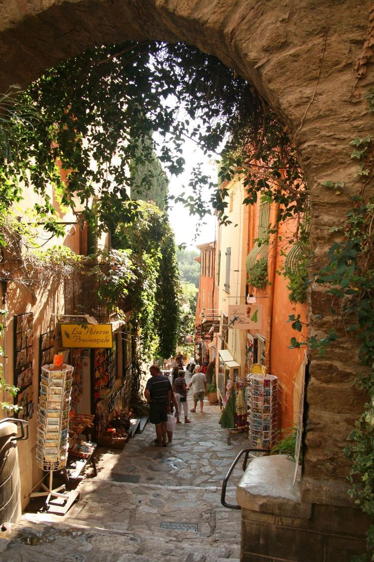 Bormes-les-Mimosas, found shopping that we did not know was even there, up the alley...around the corner!