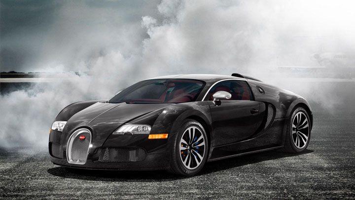 Bugatti siyah duman içinde
