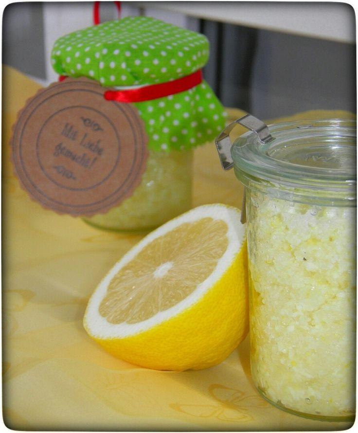 Eine schöne Geschenkidee ist dieses Zitronen-Peeling. Durch dieses werden abgestorbene Hautschuppen entfernt und unsere Haut wird wieder besser durchblutet.