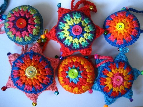 I really like to make Christmas ornaments so I've collected links to a few tutorials that I like!    ♥ I love these brightly colored crocheted ornaments! (free pattern)